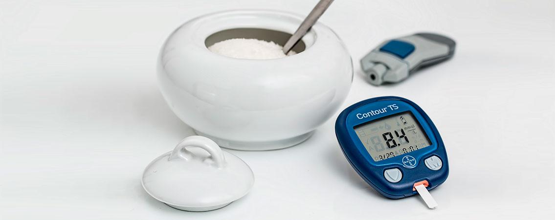 diabetes, azucar y glucómetro